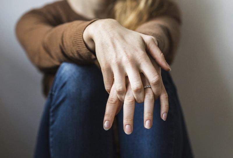 Potiskivanje emocija: 7 simptoma zarobljenih osećanja u telu