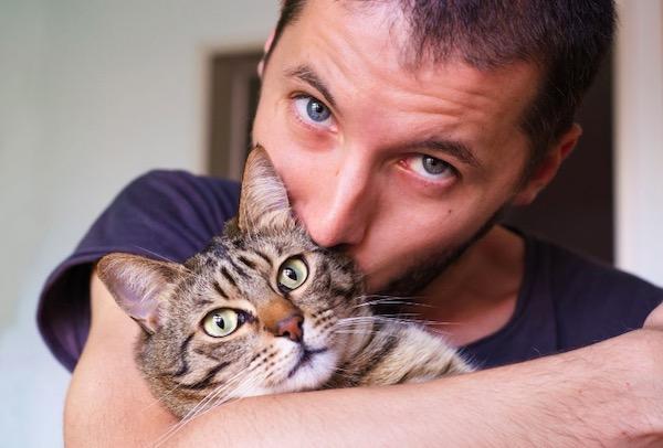 Zašto su muškarci kao mačke, kada je u pitanju vezivanje?