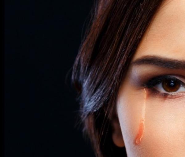 zena koja place ali krije suze